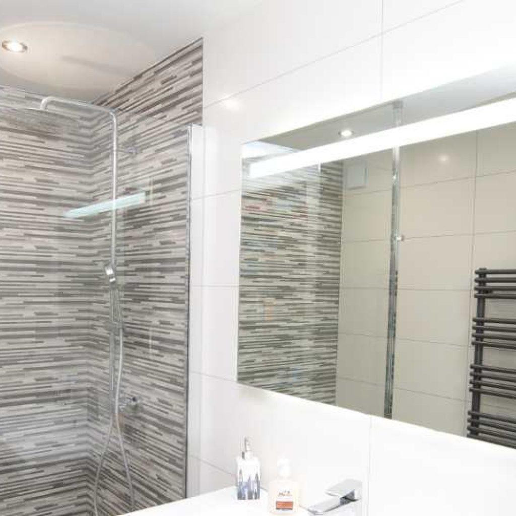 Salle De Bain Montpellier la pose de faïence dans la salle de bain, la balnéo ou le